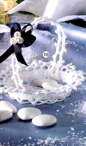 Нужно связать 6 ажурных цветов, из которых будут состоять края вазы.  Все цветы вяжем по следующей схеме...