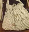 Вязание крючком сумки.  Сумочка вяжется крючком из белой пряжи и украшается цветами, так же связанными крючком.